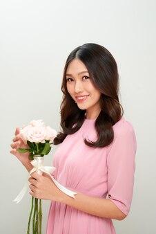 Linda garota com flores. pele perfeita.