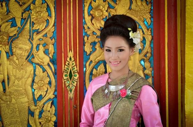 Linda garota com identidade vestido tradicional traje cultura da tailândia
