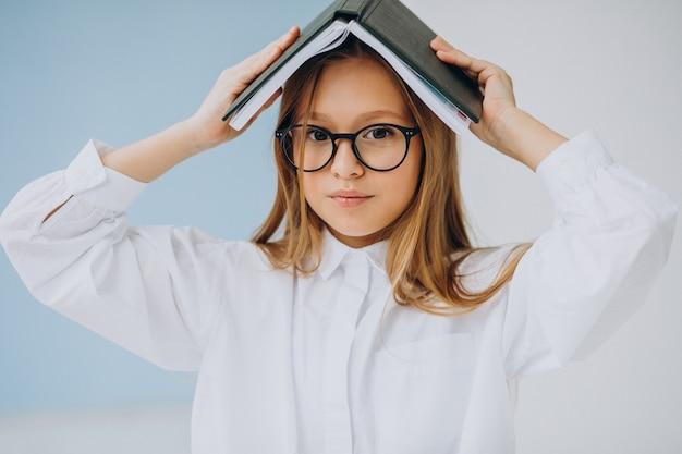 Linda garota com livro no escritório