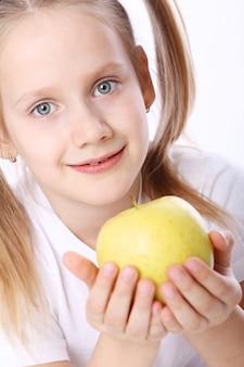 Linda garota com maçã fresca