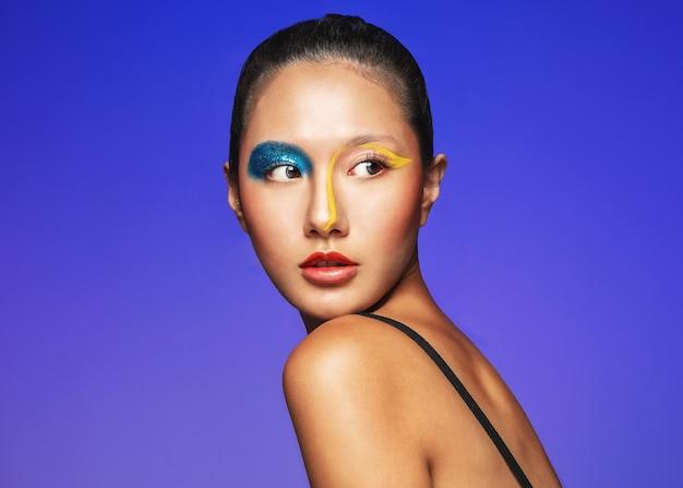 Linda garota com maquiagem colorida