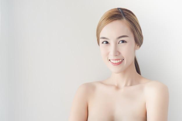 Linda garota com maquiagem nude e ombros nus posando