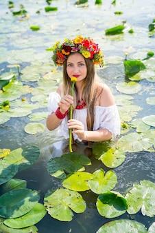 Linda garota com nenúfar parado na água
