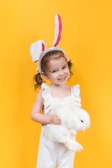 Linda garota com orelhas de coelho com coelho