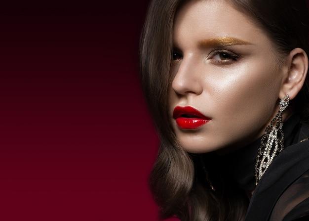 Linda garota com os lábios vermelhos e sobrancelhas douradas