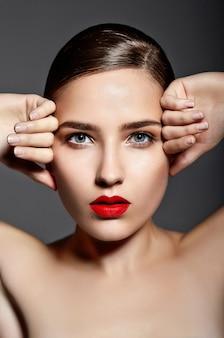 Linda garota com os lábios vermelhos