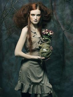 Linda garota com rosas secas na decoração