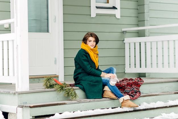 Linda garota com roupas elegantes em um caril em casa