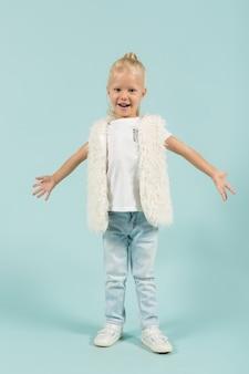 Linda garota com roupas leves