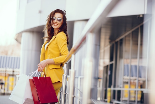Linda garota com sacola de compras em uma cidade