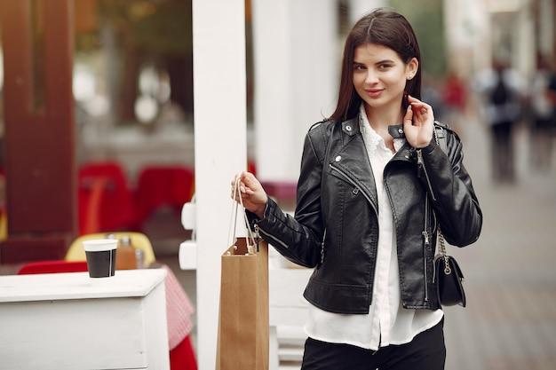 Linda garota com sacola de compras