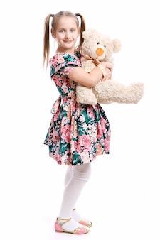 Linda garota com seu ursinho de pelúcia