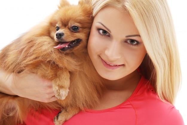 Linda garota com um cachorro