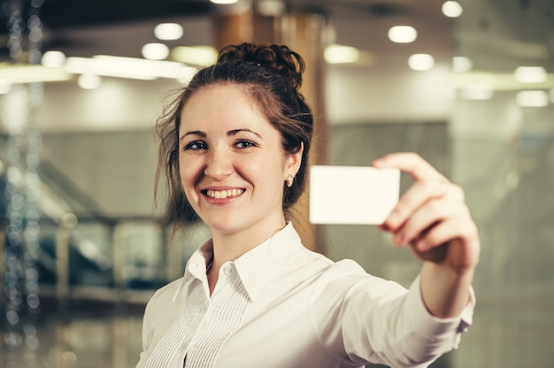 Linda garota com um cartão de visita.