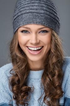 Linda garota com um grande sorriso, tendo um bom tempo