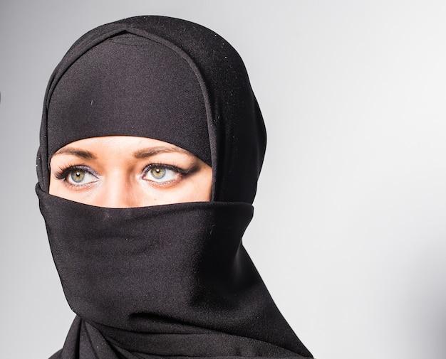Linda garota com um lenço e véu preto
