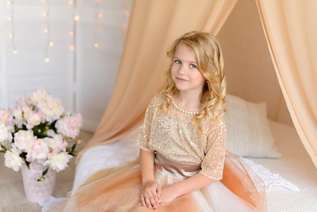 Linda garota com um lindo vestido