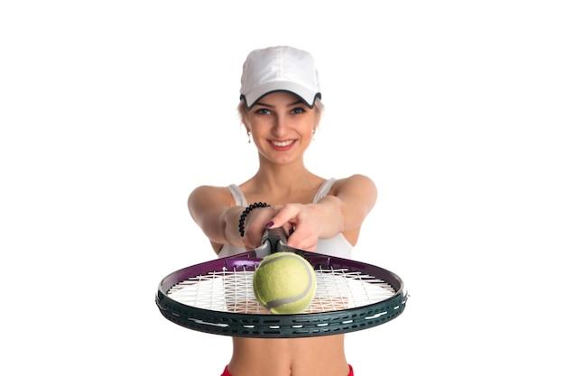 Linda garota com uma raquete de tênis e uma bola