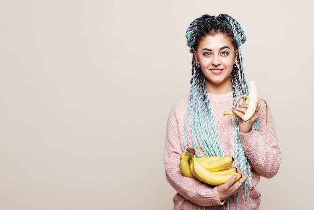 Linda garota comendo banana