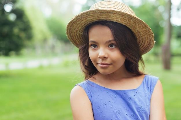 Linda garota confiante posando na natureza