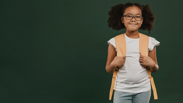 Linda garota da escola segurando sua mochila