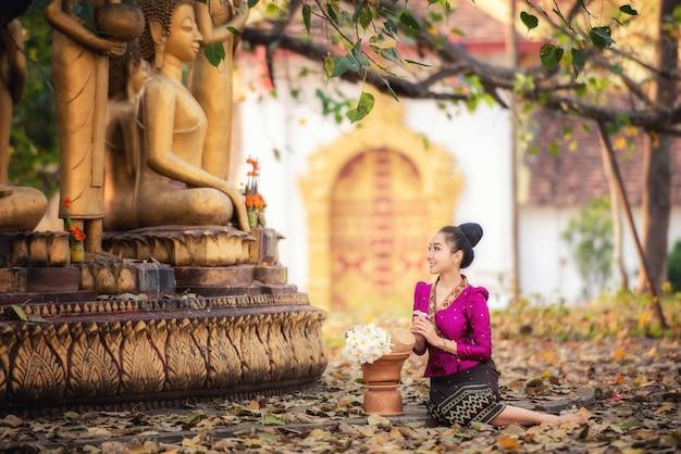 Linda garota de laos em traje tradicional de laos, estilo vintage em vientiane, laos.