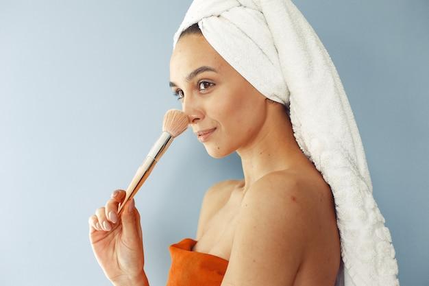 Linda garota de pé com escova