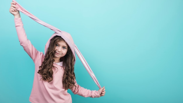 Linda garota de pé no capuz com orelhas de coelho