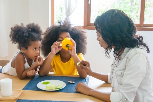 Linda garota de raça mista se divertindo em casa conceito de inocência infantil