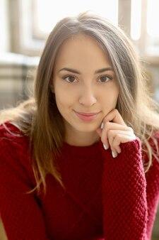 Linda garota de suéter vermelho