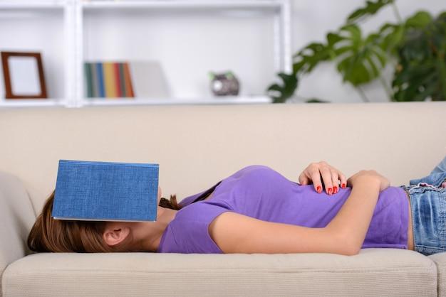 Linda garota deitada no sofá e dormir.