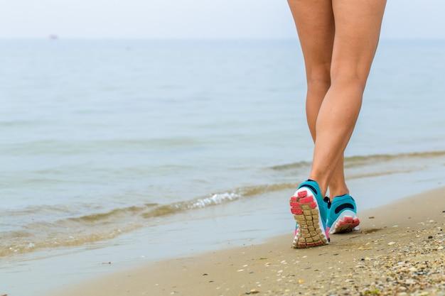 Linda garota desportiva na praia