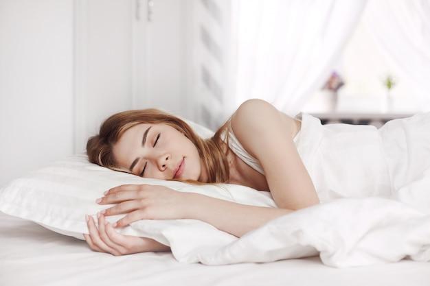Linda garota dormindo na cama