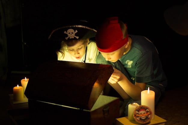 Linda garota e garoto aventureiro encontraram tesouros