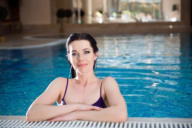 Linda garota é relaxante na piscina