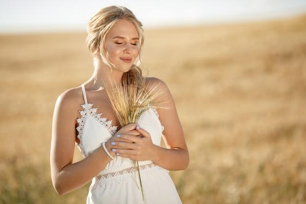 Linda garota elegante em um campo de outono