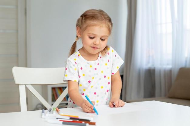 Linda garota em casa desenho
