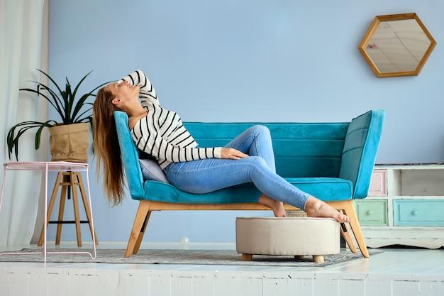 Linda garota em casa relaxar e se sentir feliz