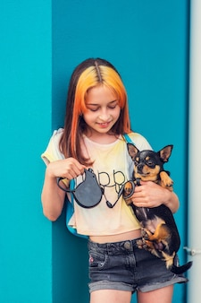 Linda garota em idade escolar com coloração de cabelo na moda. retrato positivo. menina de 9 a 11 anos