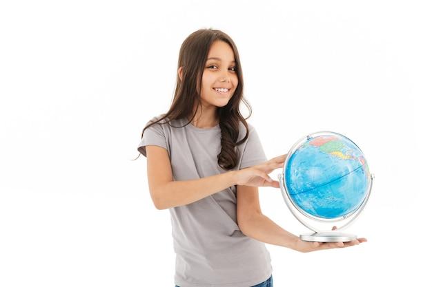 Linda garota em pé isolado segurando o globo.