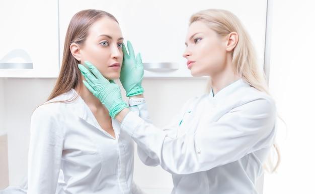 Linda garota em uma consulta no salão com um cirurgião plástico. conceito da indústria da beleza. mídia mista