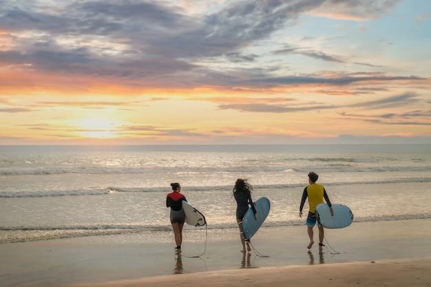 Linda garota em uma prancha de surf no oceano