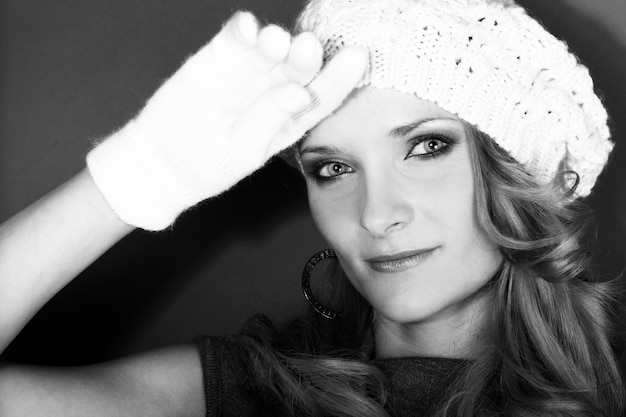 Linda garota encaracolada no chapéu branco e luvas