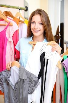 Linda garota escolhe roupas no quarto