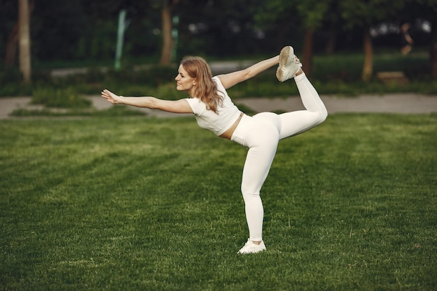 Linda garota esportiva em um parque de verão