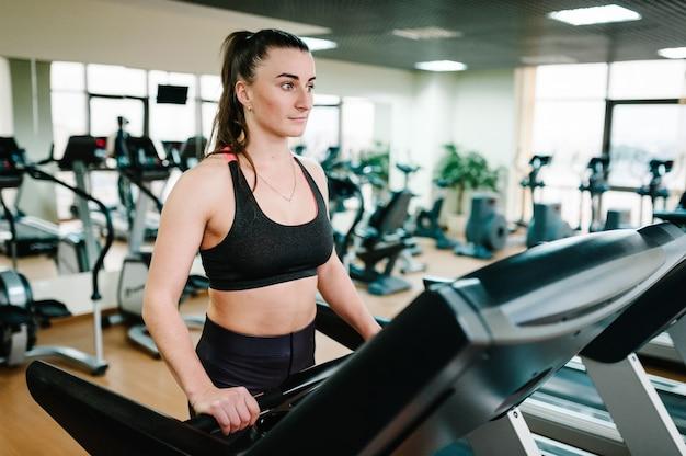 Linda garota está envolvida em fitness no clube desportivo.