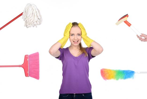 Linda garota está envolvida na limpeza da casa.