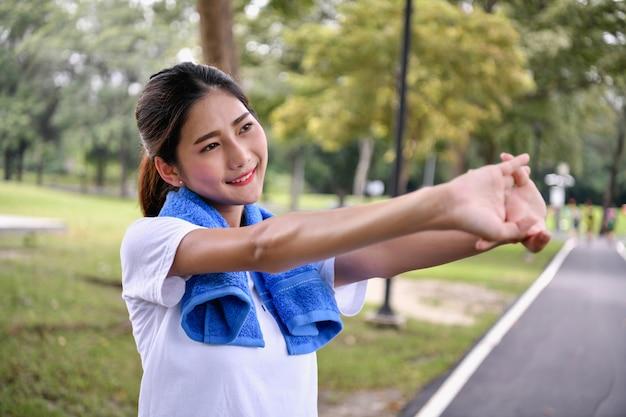 Linda garota está exercitando no parque.