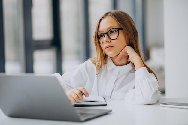 Linda garota estudando no computador em casa