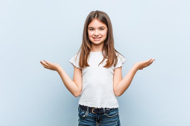 Linda garota faz escala com os braços, se sente feliz e confiante.
